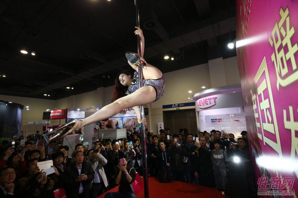 性商网美女记者带你看2015年上海成人展图片3