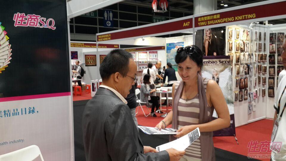 2015亚洲成人博览性商工作人员接洽展商图片2
