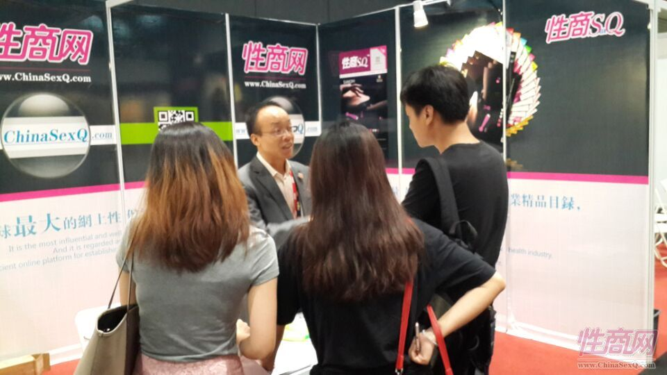 2015亚洲成人博览性商工作人员接洽展商图片4