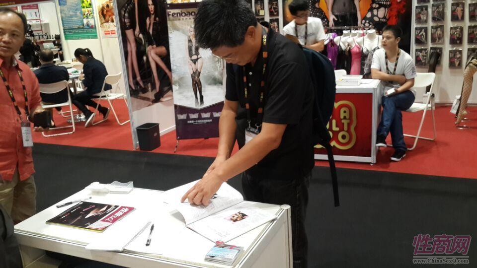 2015亚洲成人博览性商工作人员接洽展商图片8