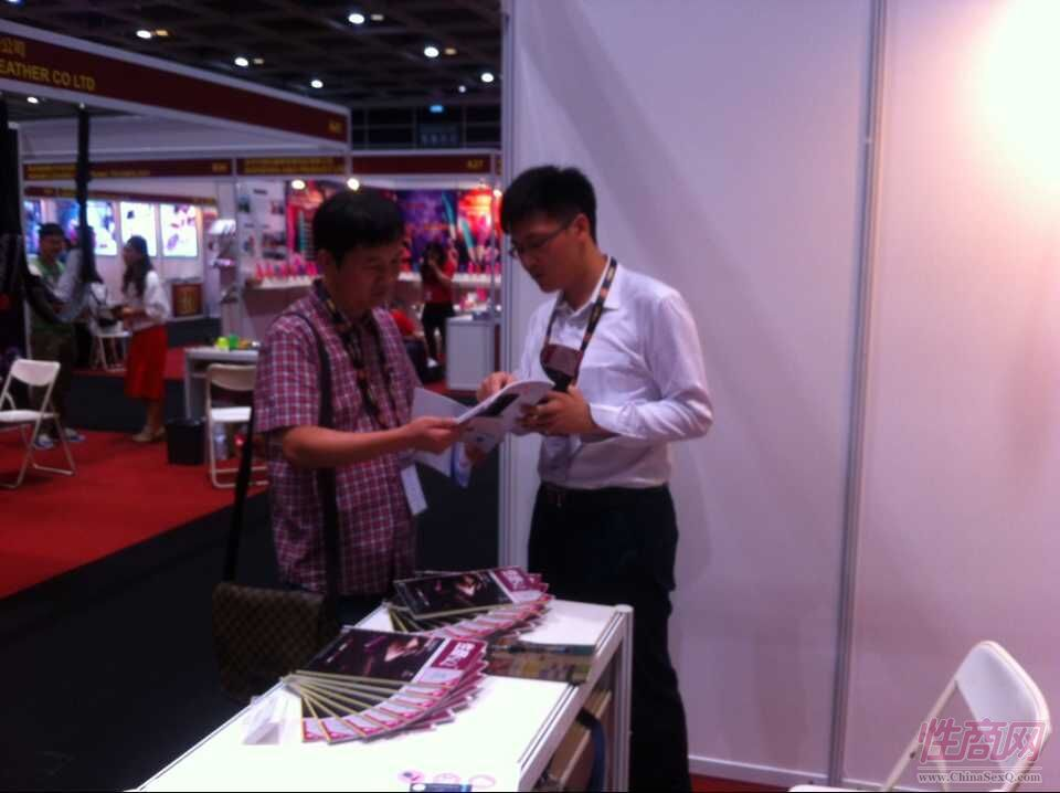 2015亚洲成人博览性商工作人员接洽展商图片11