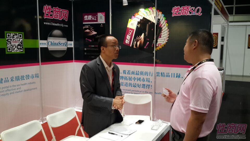 2015亚洲成人博览性商工作人员接洽展商图片10