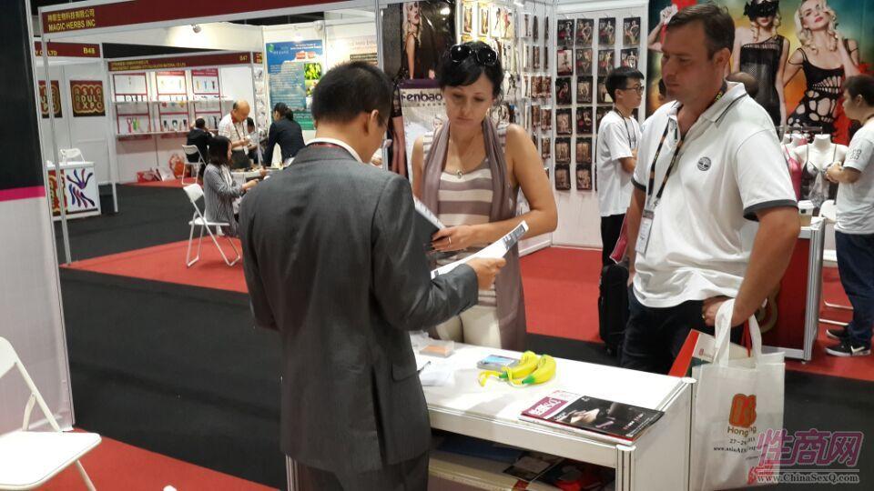 2015亚洲成人博览性商工作人员接洽展商图片13