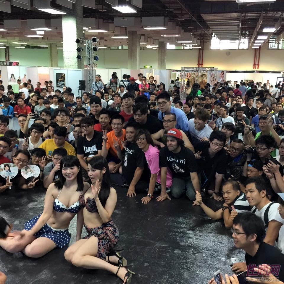 台湾成人博览现场人气爆棚,粉丝纷纷与女神合影