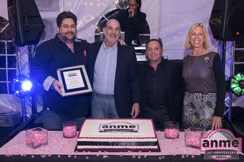 参展嘉宾共同庆贺洛杉矶成人展20岁生日,分享生日蛋糕
