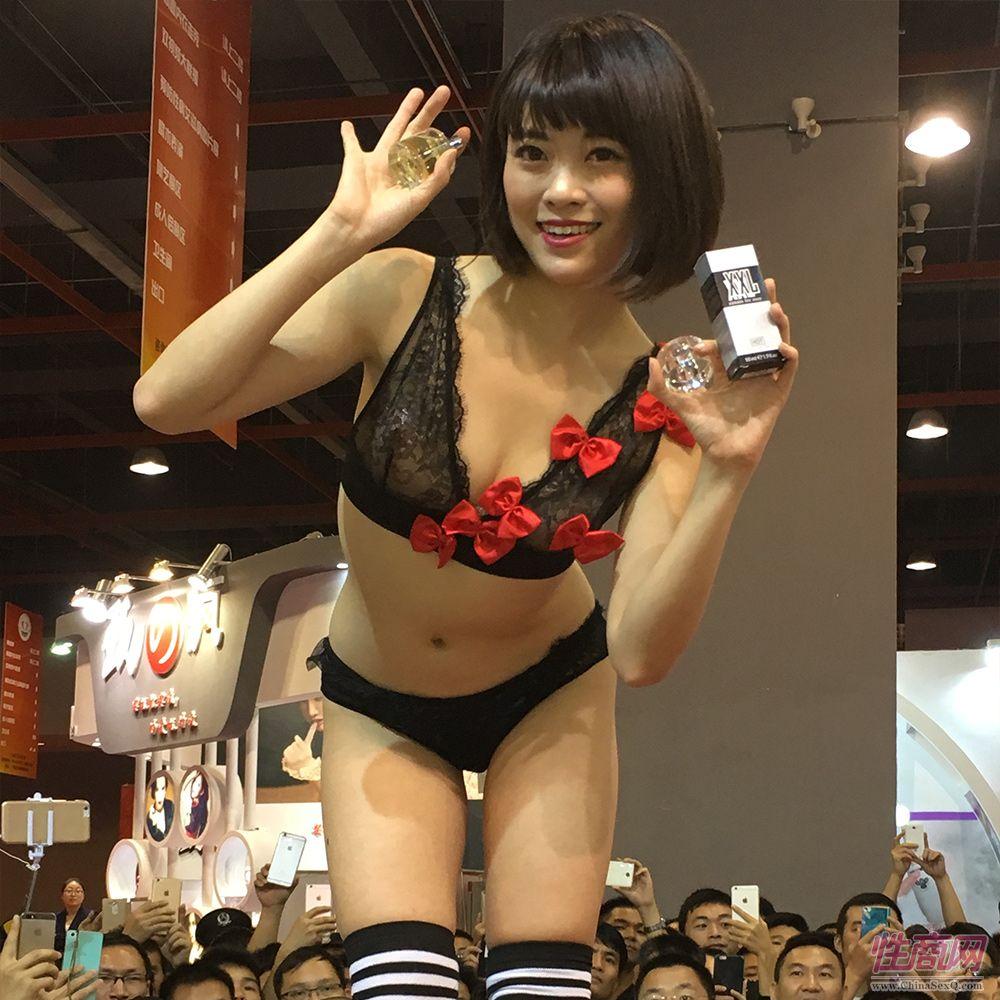 HOT形象代言人美樱梨舞小姐展示HOT最新款产品