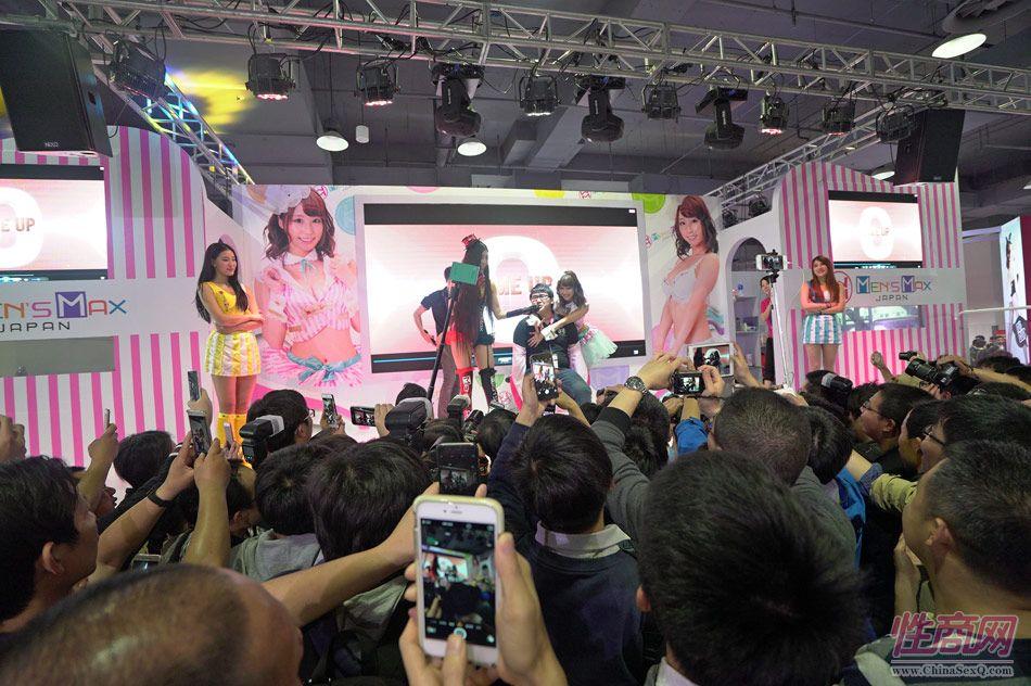 日本的旬果小姐与现场粉丝亲密互动,男观众嗨翻天