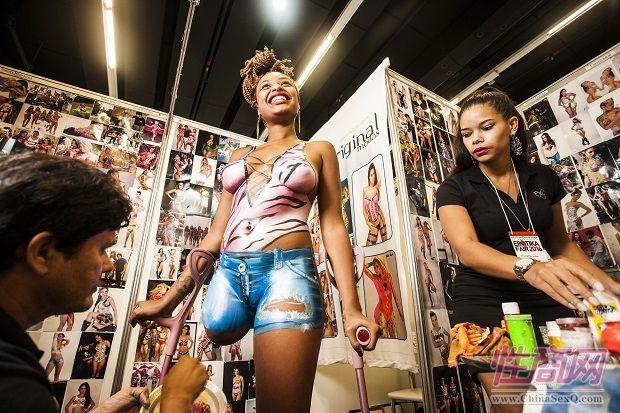 2016年巴西成人展现场报道――人体彩绘图片5