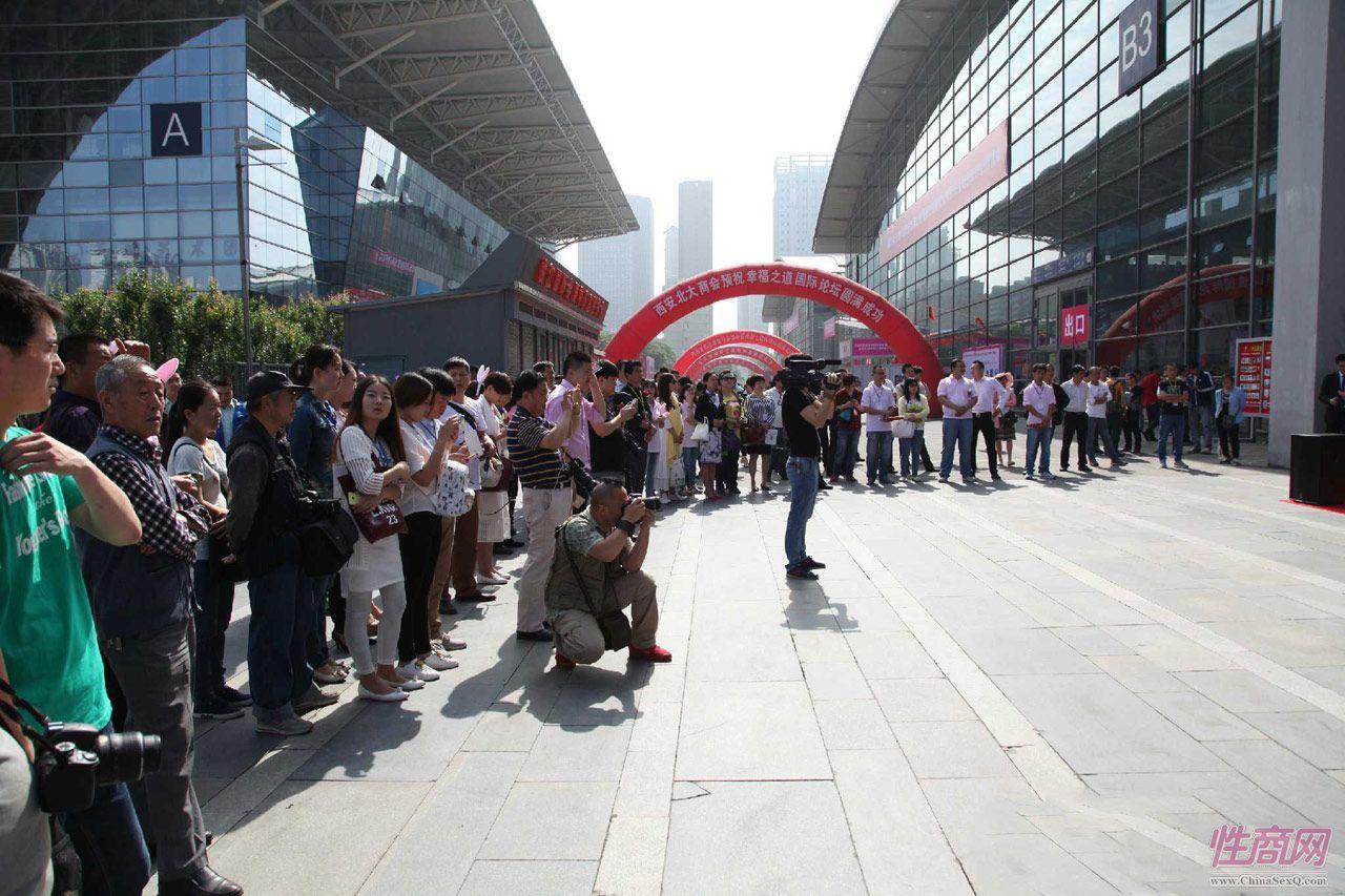 展馆周围聚集了展商及远道而来的采购商