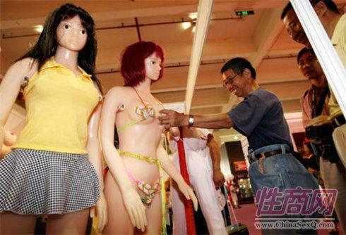 观众好奇,触摸人体娃娃