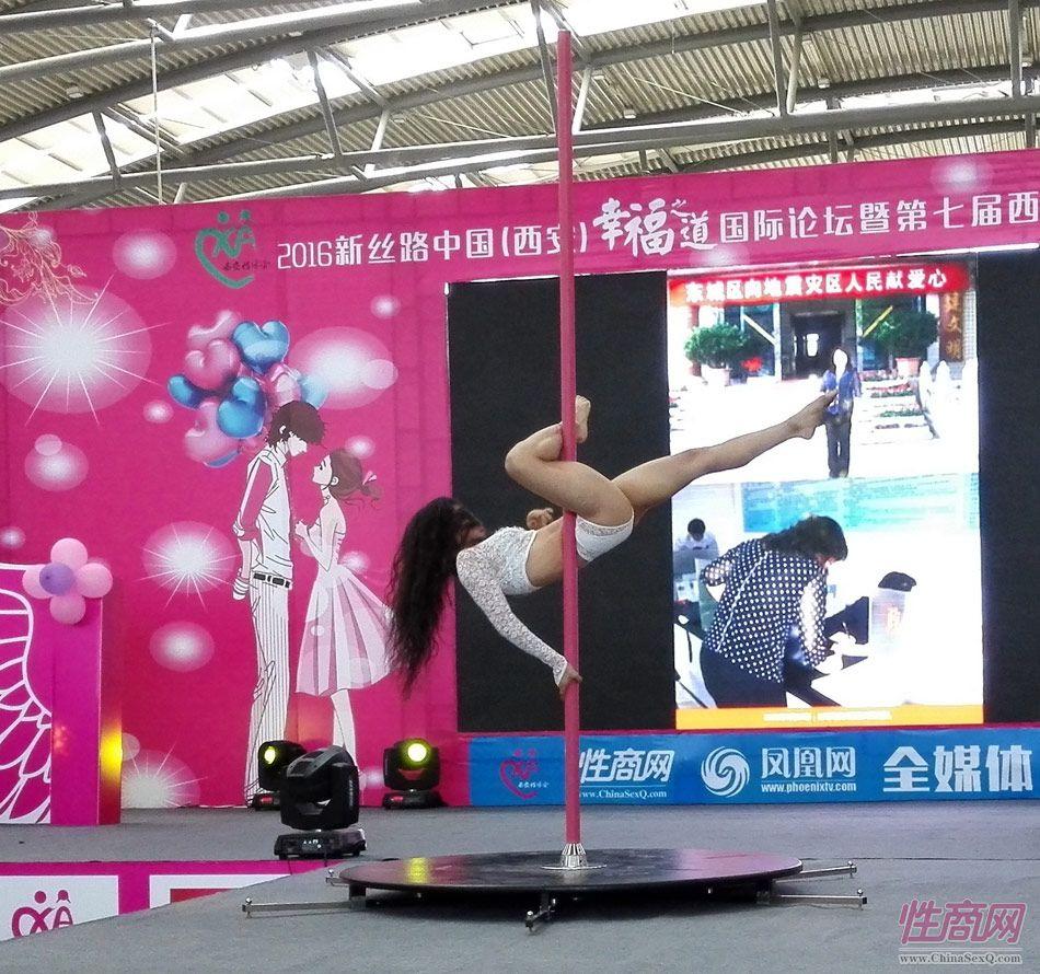 钢管舞演员表演高难度空中动作