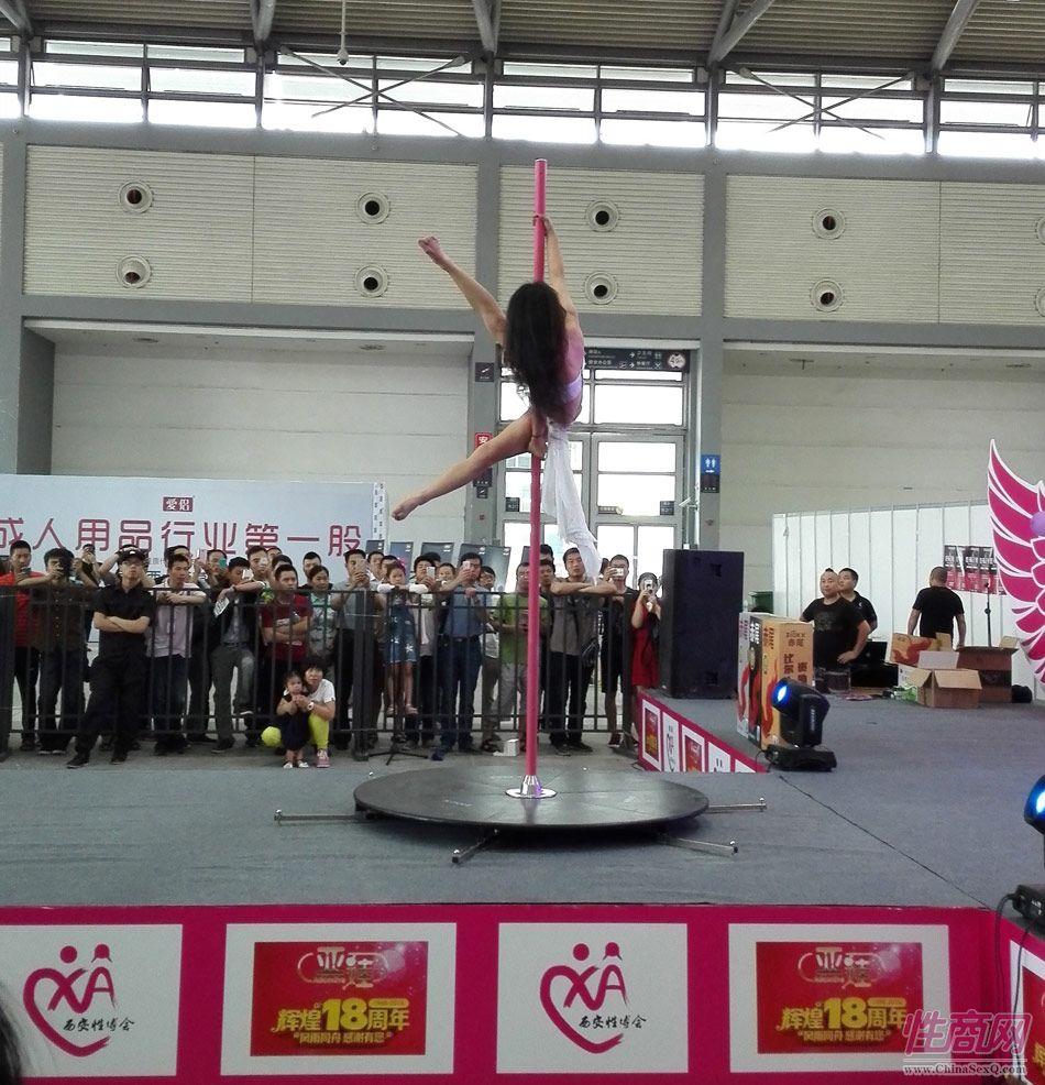 2016西安性博会现场报道――钢管舞表演图片16