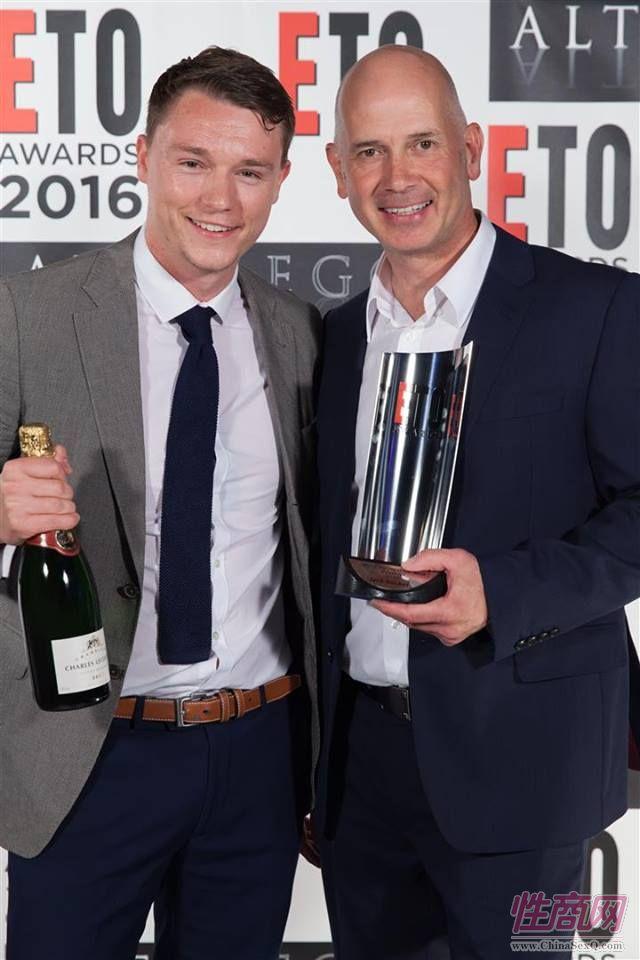 帅气的企业代表手握香槟庆祝获得大奖