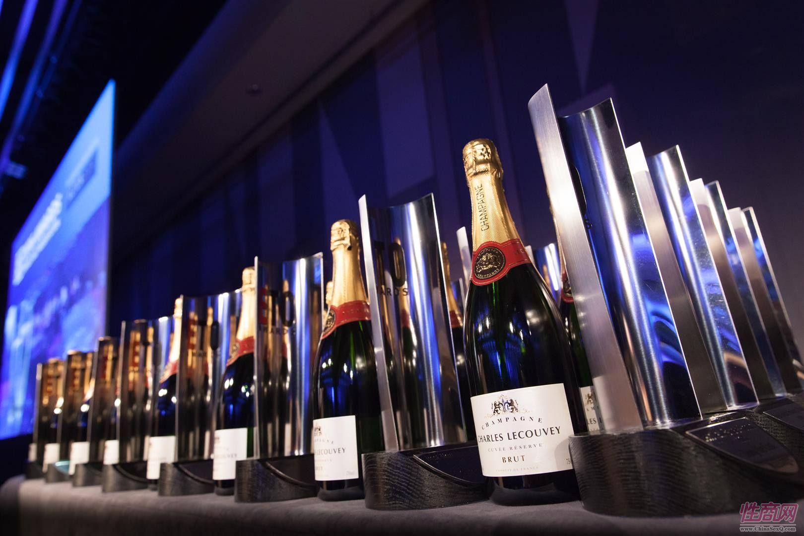 ETOAdwards奖杯与香槟