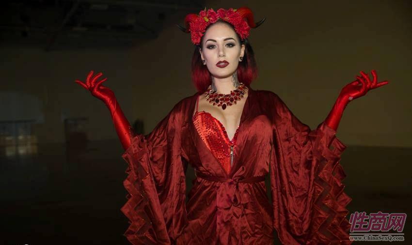 红衣舞蹈女演员