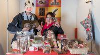 参展商展台上产品繁多,一位采访的记者对情趣巧克力非常感兴趣。