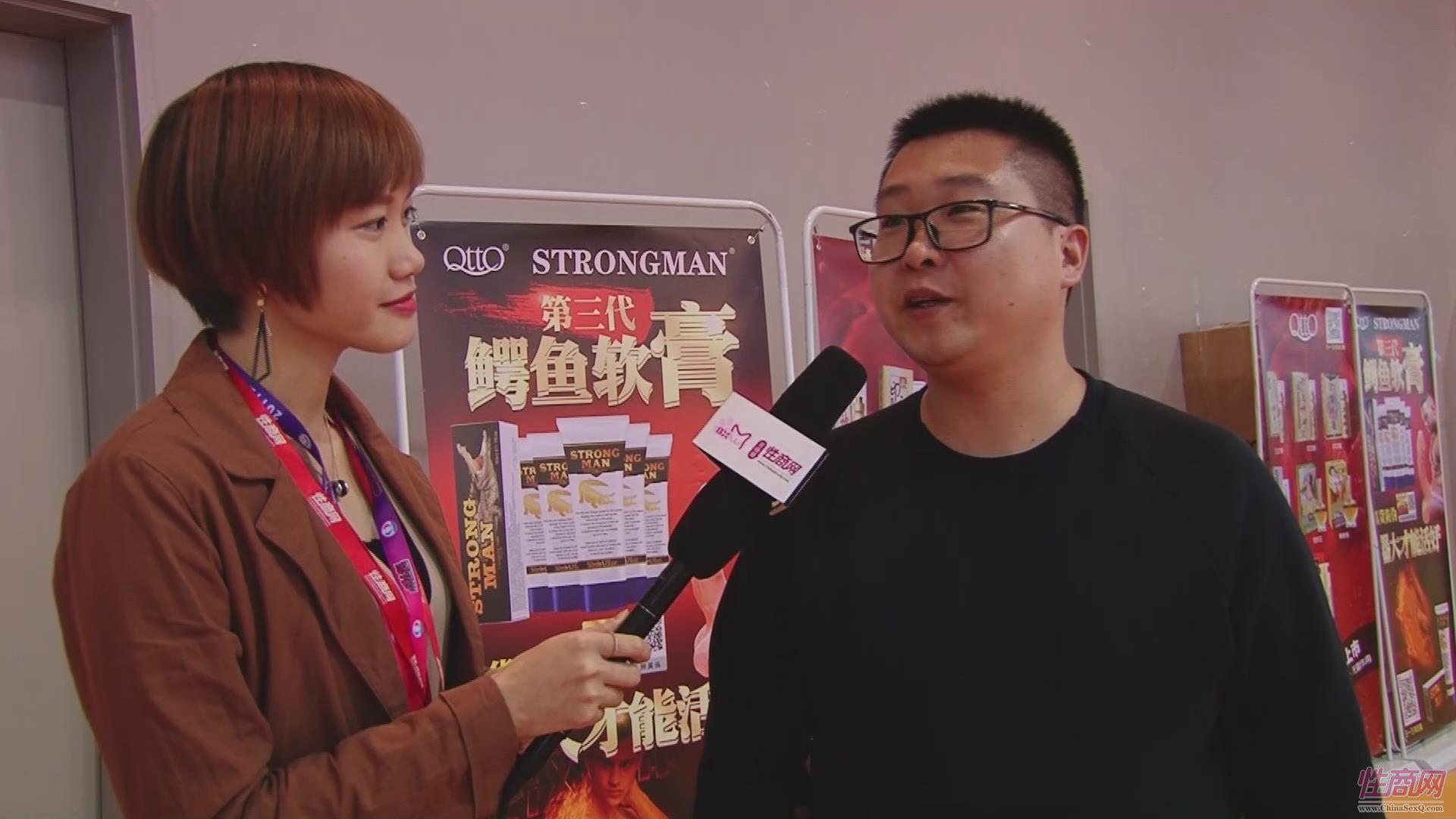 记者采访参展观众