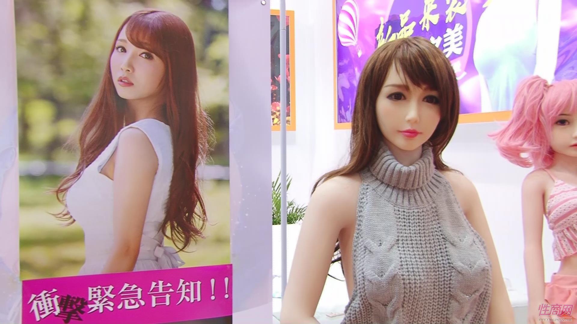 金三展台的日本女友仿真娃娃很相似