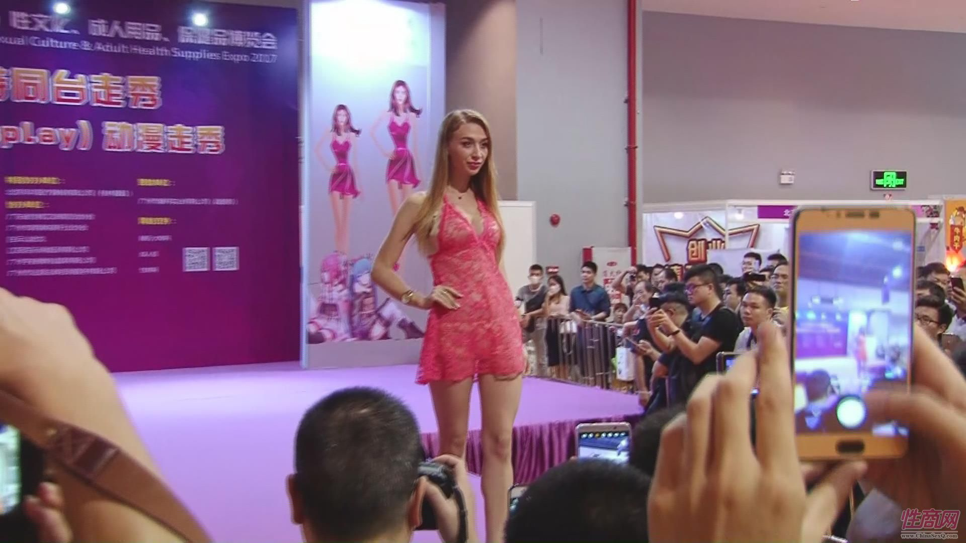 俄罗斯模特展示情趣内衣