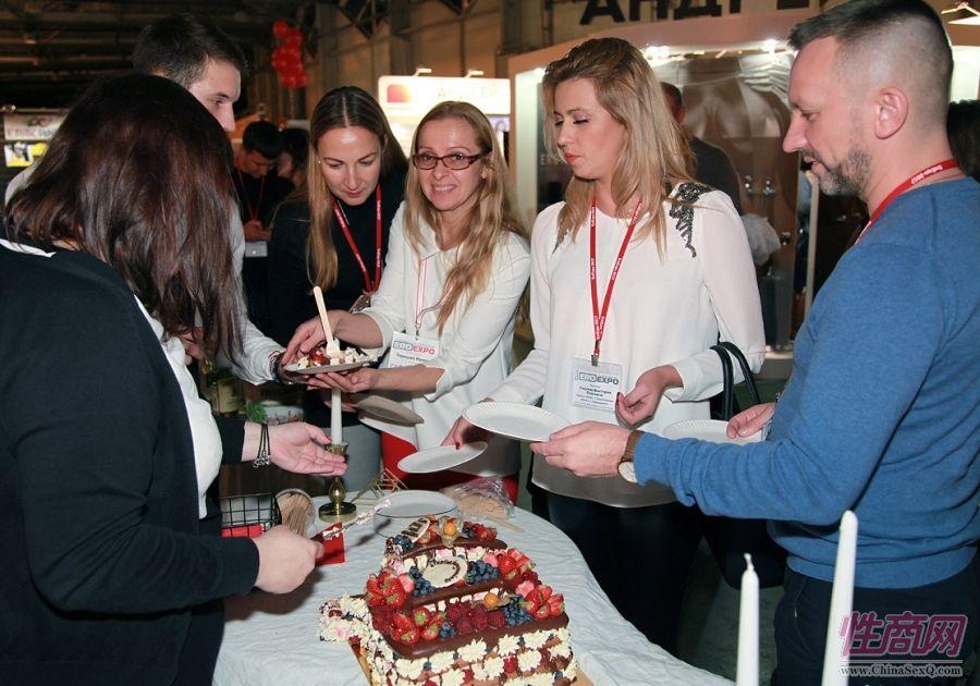 展商举办活动与观众分享蛋糕