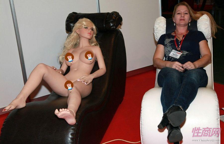 情趣沙发上的人体娃娃