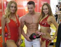 三位模特展示男用情趣用品