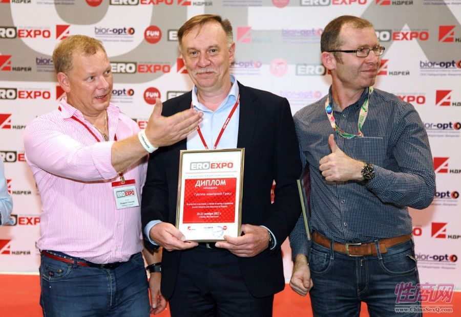 颁奖嘉宾竖起大拇指