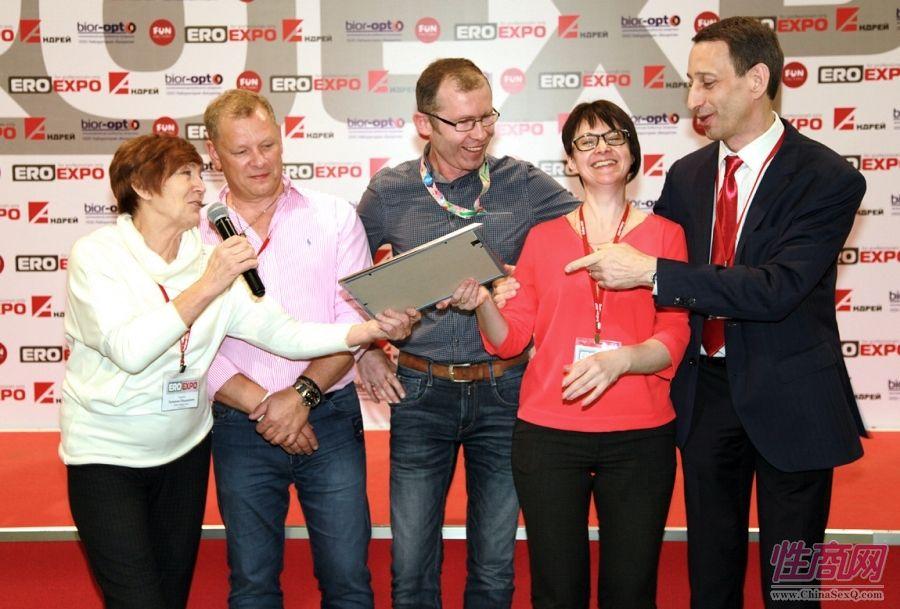 颁奖嘉宾与获奖企业代表谈笑风生