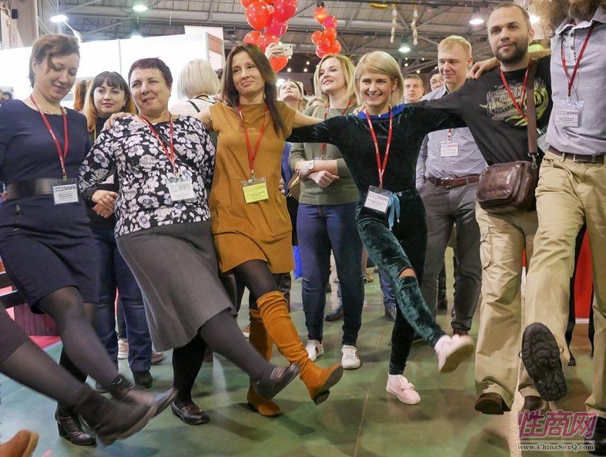 大家跳起了俄罗斯传统民族舞