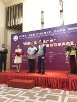 颁奖嘉宾给获奖企业颁奖
