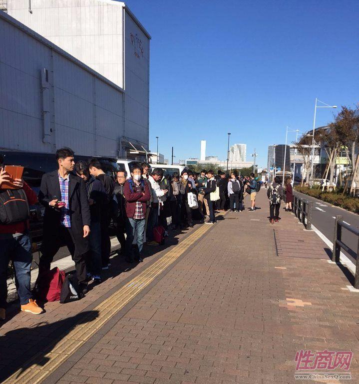 展馆外排队入场的观众