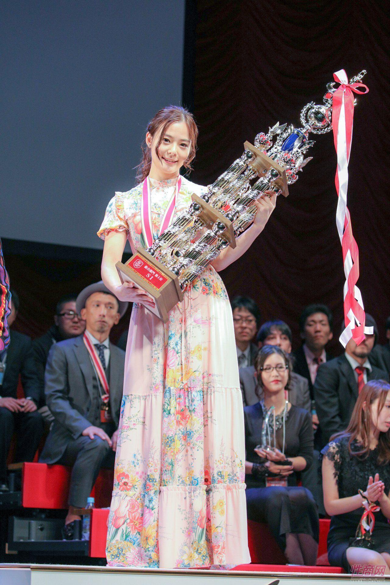 吉高宁宁获得年度女优大奖