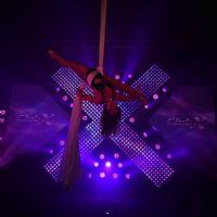 高难度高空绳索舞蹈表演