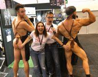 BareBros公司展台的男模特与观众亲密合影,大姐趁机揩油