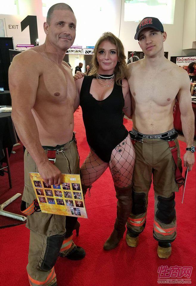 影星Lindsay Elizabeth和与肌肉男消防员合影,购买消防员日历可以支持公益组织抗癌基金会