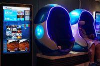 在蛋壳形的座椅内体验VR视频,试看的有好几部中文的恐怖片哦