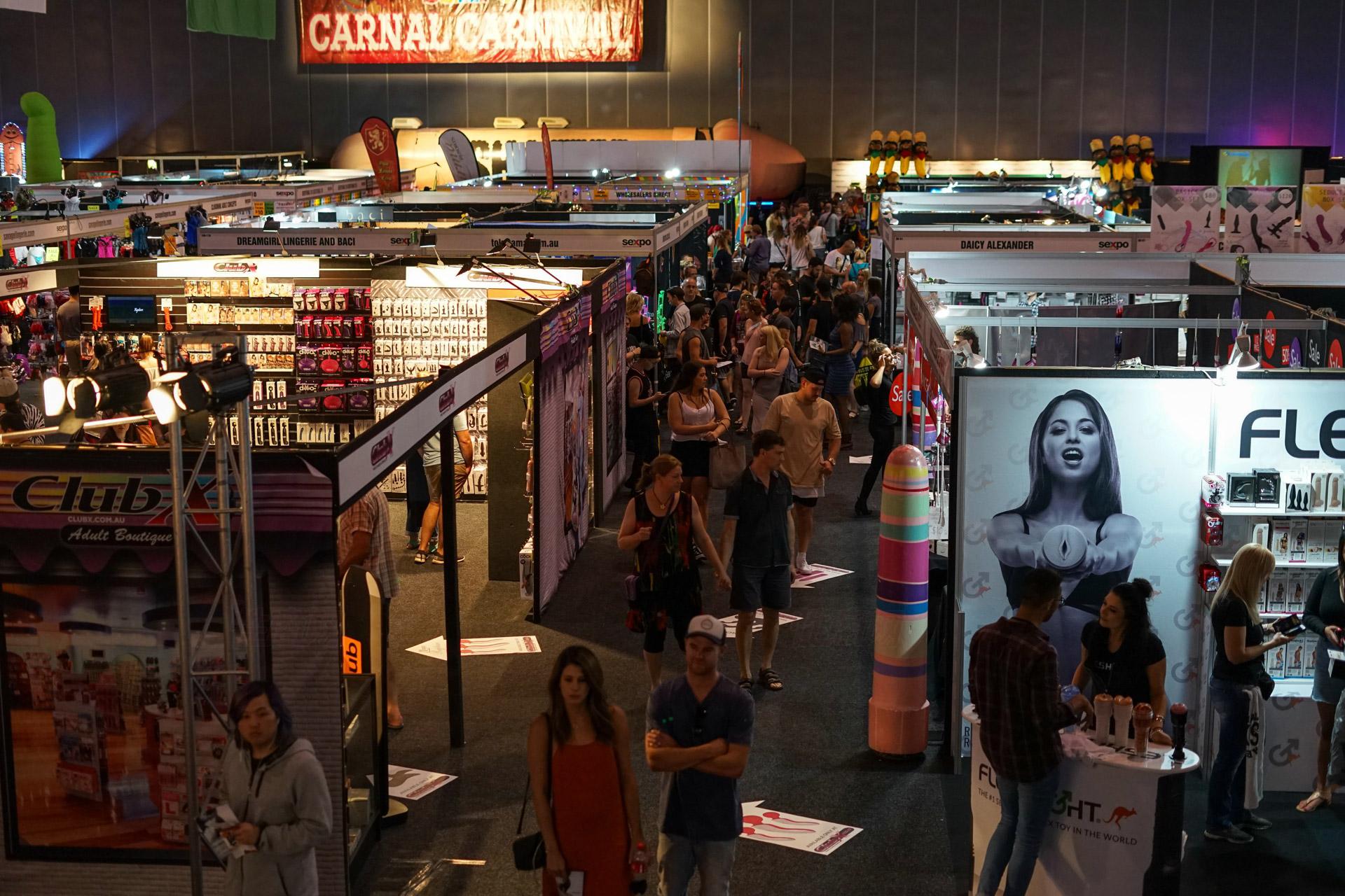 观众在展馆内浏览企业展示的各类成人情趣用品