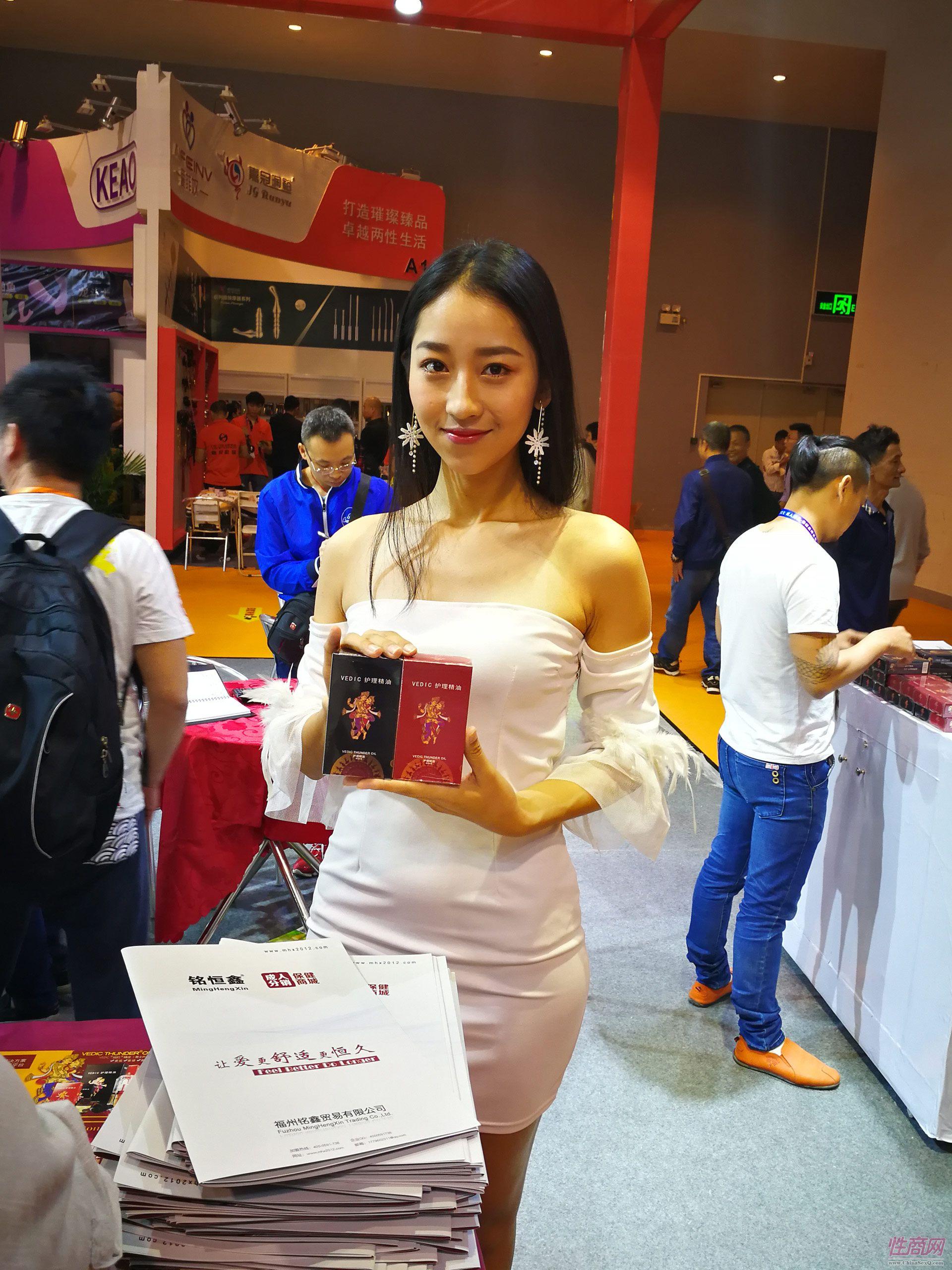 11 铭恒鑫站台的美女模特.