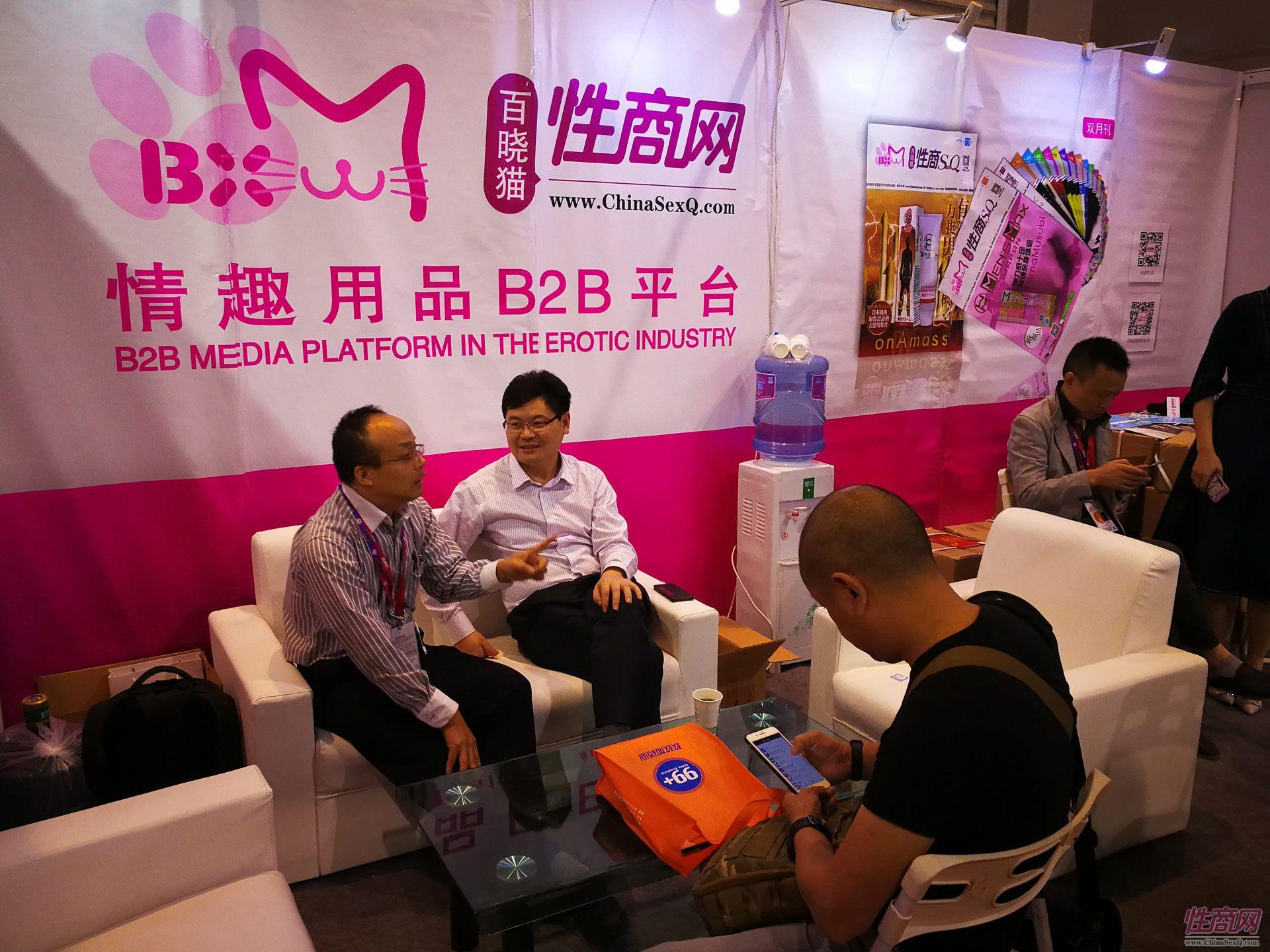 25 江苏灌云县陈县长在性商展位交流情趣内衣产业的发展.