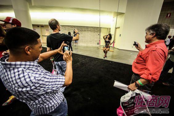 2013美国劳德代尔成人展eXXXotica观众多图片15