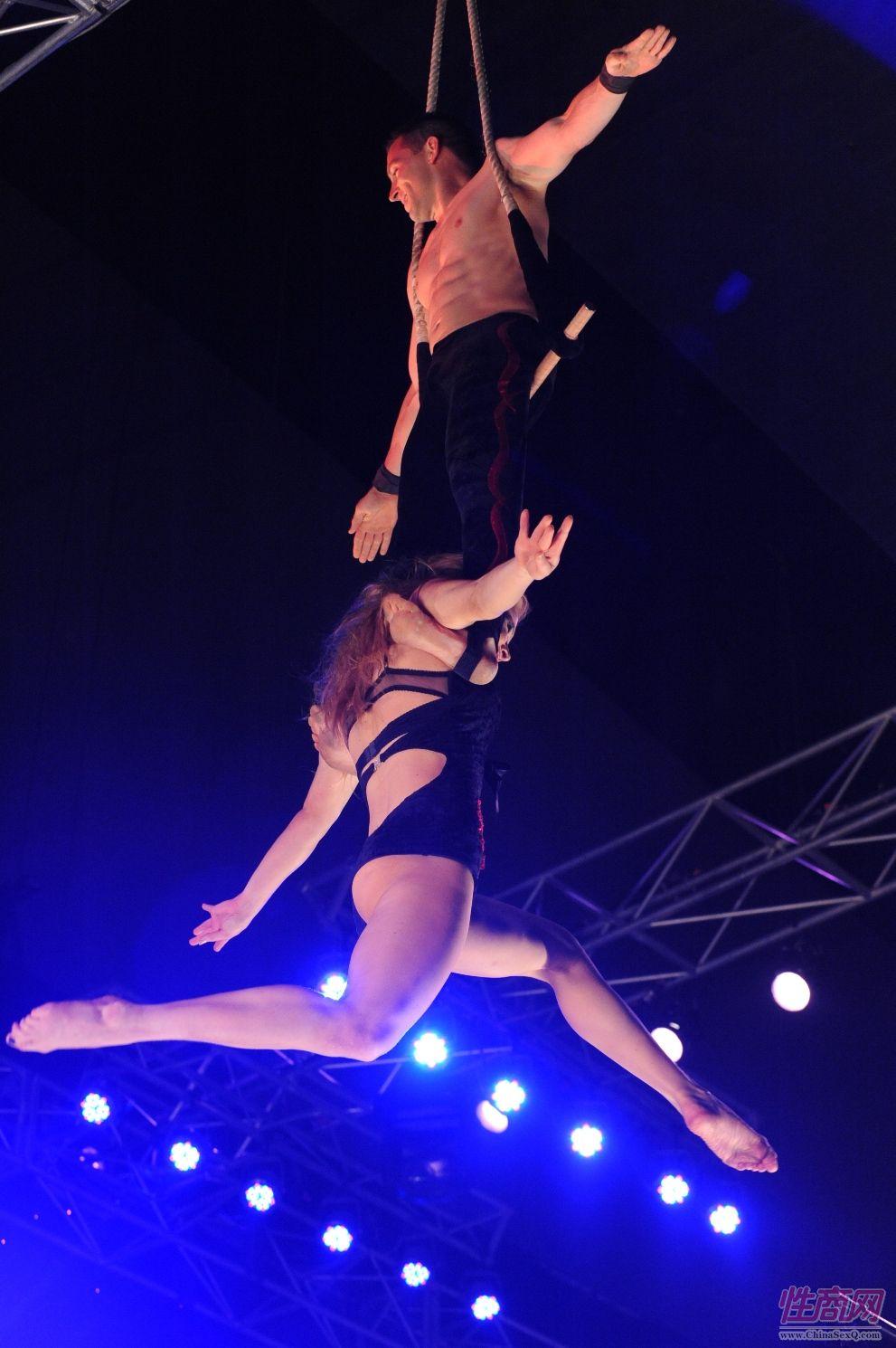 2009澳大利亚墨尔本成人展SuzieQ高空特技表演图片2
