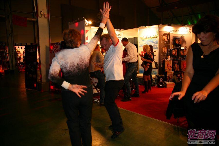 2014俄罗斯成人展嘉宾载歌载舞兴致高涨图片1