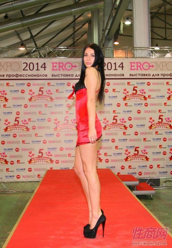 俄罗斯成人视频聊天_2014俄罗斯成人展高挑内衣模特诠释性感