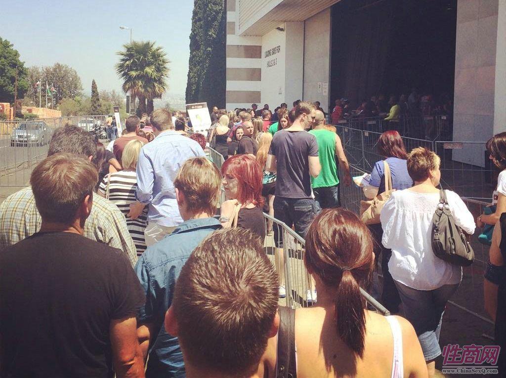 展馆前排队入场的观众