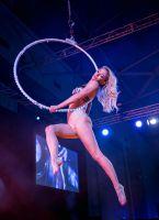 性感舞蹈演员表演高空性感热舞