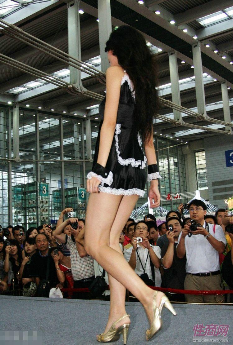 深圳年轻男女捧场2007首届深圳性文化节图片3