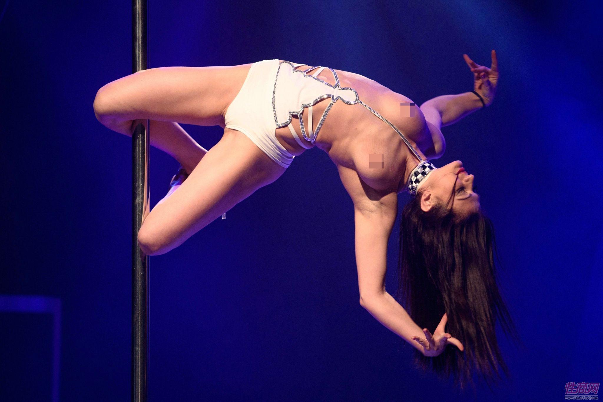 钢管舞女演员的高难度动作