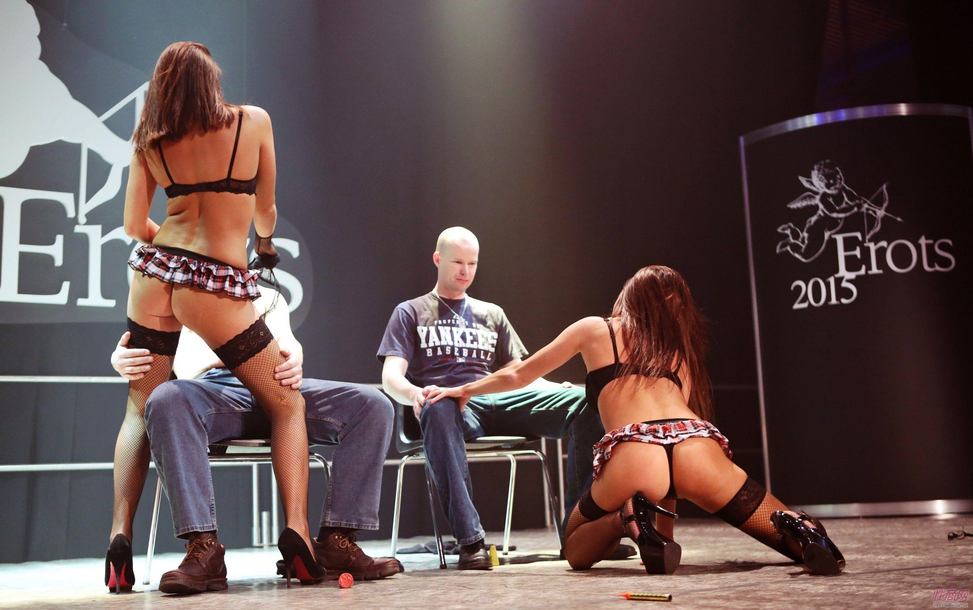 2015拉脱维亚成人展观众与美女暧昧互动图片1