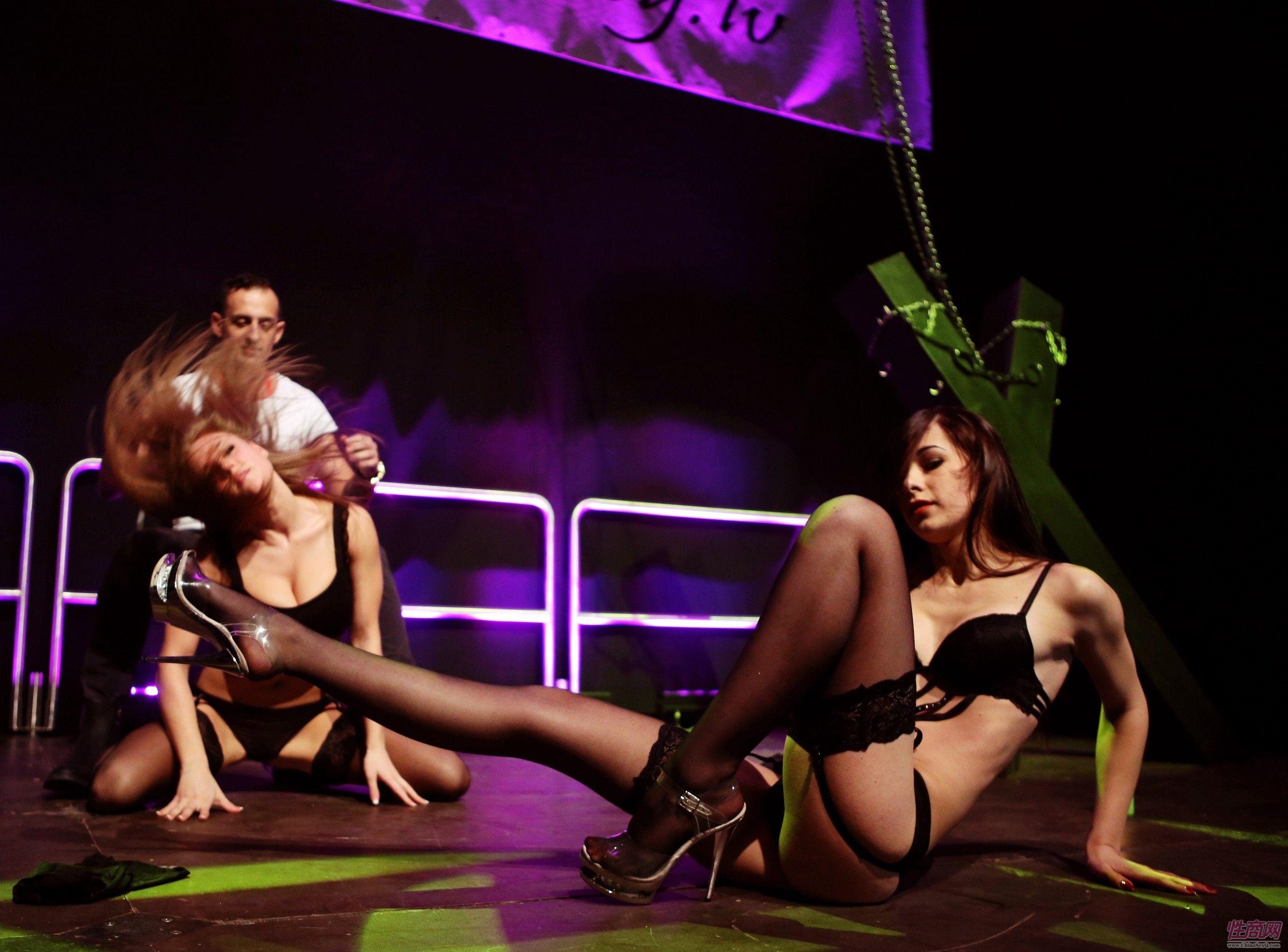 2015拉脱维亚成人展观众与美女暧昧互动图片2
