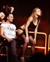 2015拉脱维亚成人展观众与美女暧昧互动图片3
